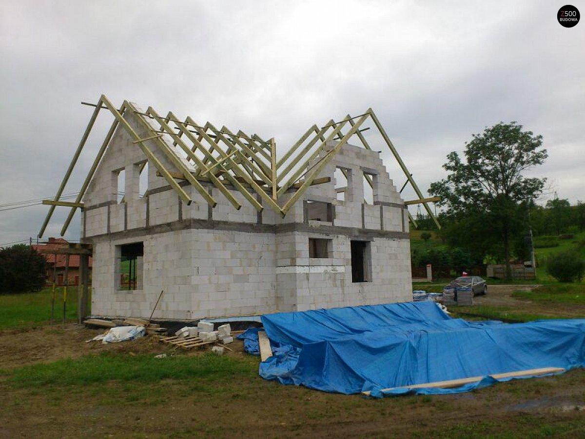 Проект простого дома с балконом над входом - функциональност.